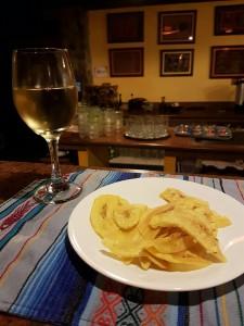 Vin och bananchips (smakar som vanliga chips  men godare!) Får det till det mesta vid kusten!