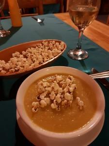 Vegetarisk soppa med popcorn!
